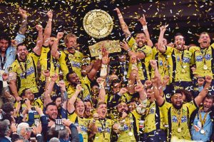 Clermont's players celebrate with the trophy at the end of the French Top 14 rugby union final match Clermont vs Toulon, on June 4, 2017 at the Stade de France in Saint-Denis, outside Paris. / AFP PHOTO / THIERRY ZOCCOLAN
